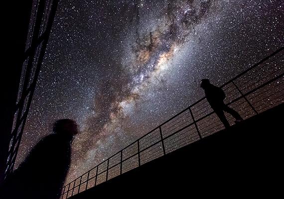 De a csillagászat szempontjából más miatt is érdekes a sivatag, az alacsony nedvességtartalmú levegő tökéletes lehetőséget biztosít a csillagászati megfigyelésekre, nem véletlen, hogy több obszervatórium is található itt.