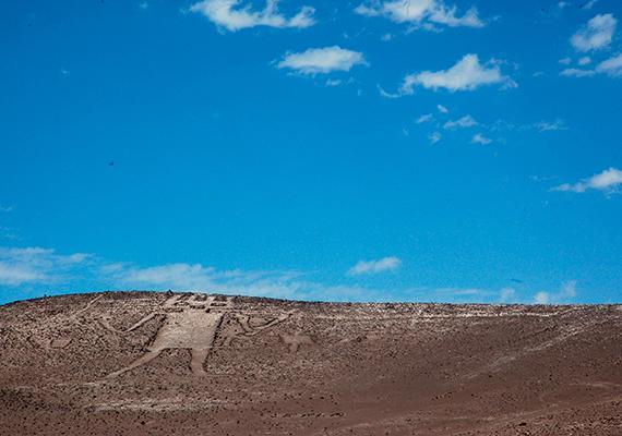 Máig az Atacama-sivatag legrejtélyesebb látnivalóit jelenti számos ősi rajzolata, melyek között talán a leghíresebb a képen is látható, chilei Atacama-óriás, mely körülbelül 120 méter hosszan terül el a domboldalban. A becslések szerint időszámításunk után 1000 körül készülhetett, és a többi földbe vésett rajzhoz hasonlóan meglehet, hogy a tiwanaku, illetve az inka kultúrához köthető.