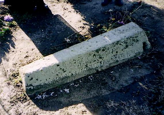 A helyi legendák azt tartják, hogy az 1970-es években a falu református temetőjében egy régi kőkoporsó bukkant elő a földből - a különös szarkofág ma is látszik, sőt, a szóbeszéd szerint felbukkanása óta folyamatosan emelkedik felfelé, amit az oldalán található moha szintje is jelez.