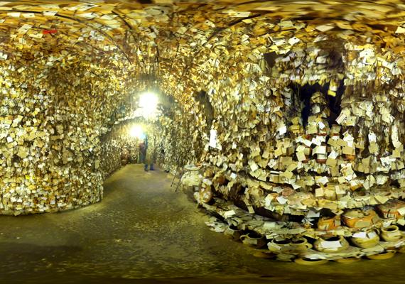 A hajtincseknek Galip egy barlangszerű helyiséget rendezett be.