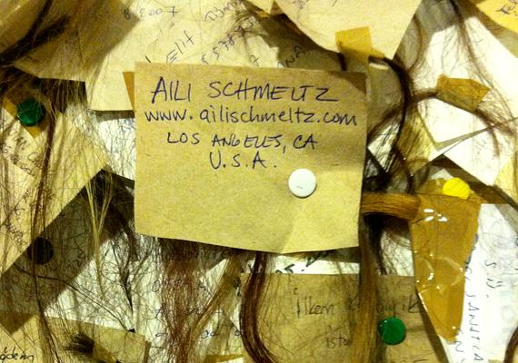 A nők egy papírdarabot tűznek a hajtincs mellé, melyen nevük és címük is szerepel.