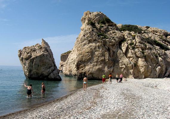 A szóbeszéd szerint, ha valaki háromszor körbeússza Cipruson Aphrodité szikláit, örökké szép és fiatal marad, illetve a szerelem is hamar megtalálja.
