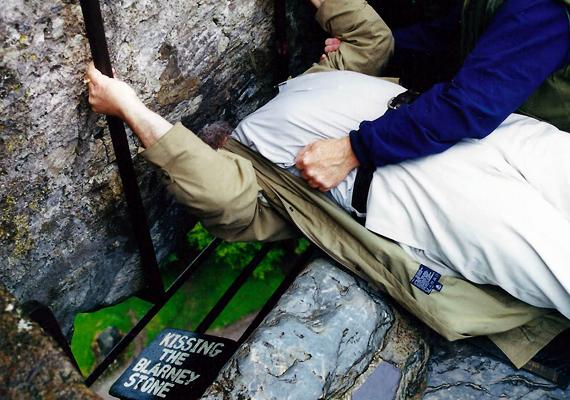 Az írországi Blarney-kő a legendák szerint az ékesszólás és a hódítás tudományát ajándékozza annak, aki megcsókolja.