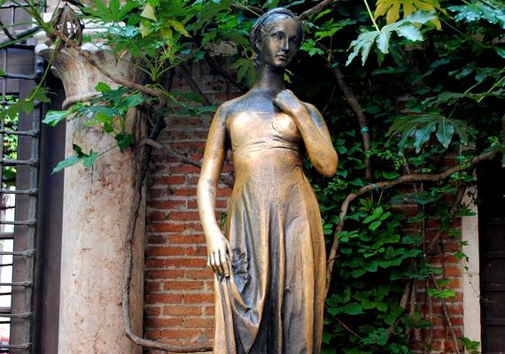 Ha valaki megérinti a veronai Júlia-szobor mellét, állítólag még abban az évben megtalálja az igaz szerelmet.