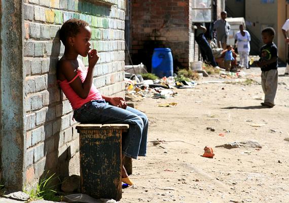 A Dél-afrikai Köztársaság nemi erőszak tekintetében a világ központja, emellett a HIV-fertőzöttek aránya is nagyon magas. A helyi utazási irodák is óva intik a turistákat attól, hogy napnyugta után kimenjenek az utcákra.
