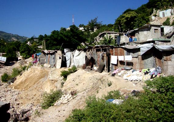 Haiti a világ egyik legszegényebb országa, ahol a földrengés után valósággal elszabadult a pokol. Gyakoriak a természeti katasztrófák, a felkelések, szökött fegyencekkel találkozni az utcákon, emellett fekete mágia és boszorkányság miatt is számtalan embert lincseltek meg.