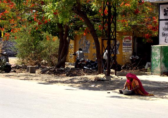 A csodás Indiába számos utazási iroda kínál nyaralást, nem egy esetben számoltak azonban be támadásokról. A helyiek nem mindenhol barátságosak, emellett az országban számos szélsőséges csoport működik, és a nők elleni erőszak is igen gyakori.