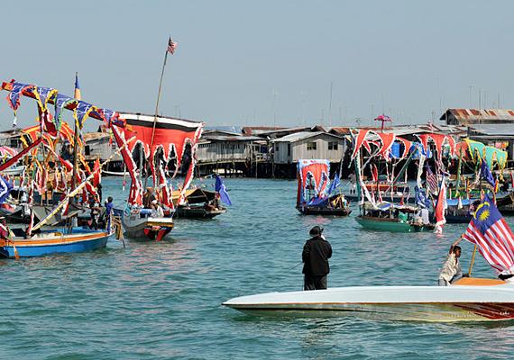 Bajau fesztivál Malajziában, ahol egyébként nem könnyű az életük, a hatóságok ugyanis portékáik bojkottálásával szeretnék elérni, hogy feladják a nomád életmódot, és letelepedjenek. Miután ez megtörtént, nagy halászati vállalatok vennék át korábbi, halban gazdag területeiket.
