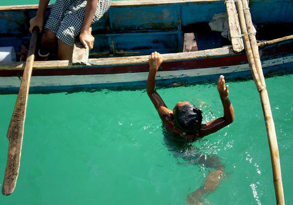 Kisfiú egy Fülöp-szigeteki faluban. A bajauk híresek arról, hogy akár 20 méter mélyre is le tudnak merülni egyetlen levegővétellel, mely öt percre is elég nekik.