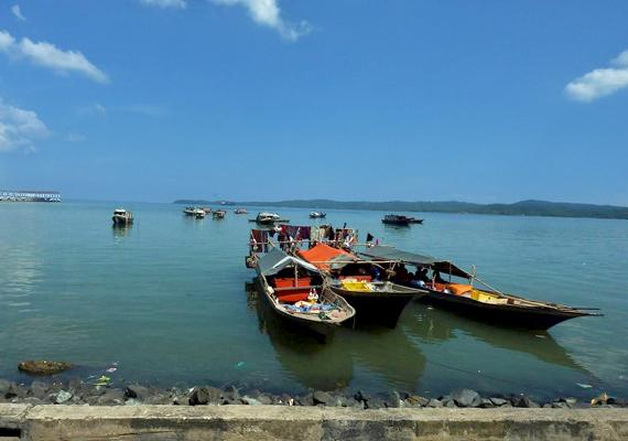 A bajauk számára lételem a tenger. Halászatból tartják fenn közösségüket, portékáikat a közeli városokban adják el. A képen egy malajziai bajau falu halászcsónakjai láthatók.