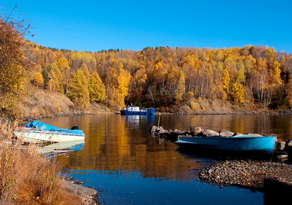 Ősz a Föld legöregebb tavánál. A bolygó édesvízkészletének ötödét jelentő vízmennyiséget magáénak tudó tó legnagyobb mélysége 1680 méter is lehet, átlagban is eléri azonban a 730 méteres mélységet.