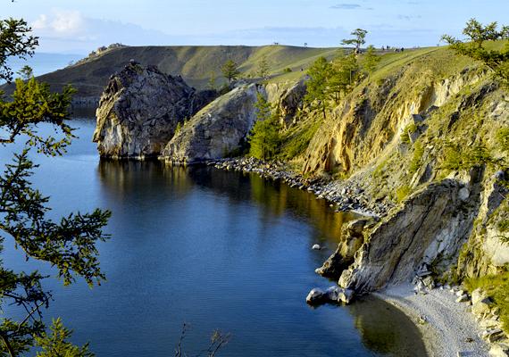 Az Olhon-sziget partjai. A tó számos szigetet a magáénak tudhat, emellett szinte mindenütt hegyek veszik körül. Területe és környéke szeizmikusan máig aktívnak számít.