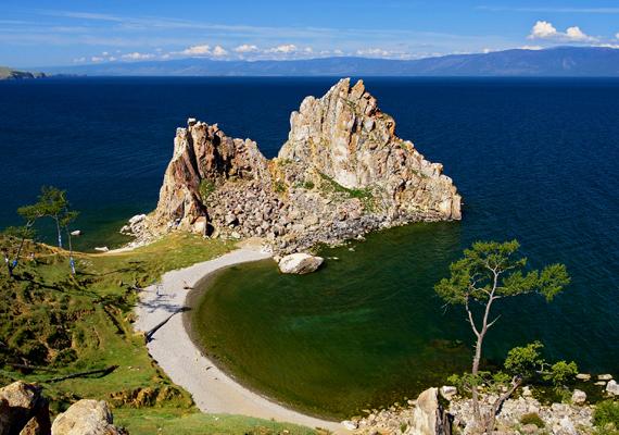 A tó egyik leghíresebb látnivalója a Sámán-szikla: a szent hely iránti tisztelet jeleként még Dzsingisz kán is meghajolt előtte. Sztálin viszont le akarta rombolni - szerencsére nem sikerült neki.