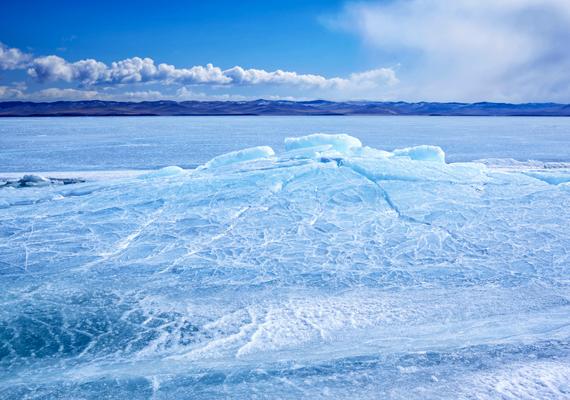 Az 1996 óta az UNESCO Világörökség részét képező tó telente befagy, de ilyenkor is gyönyörű látványt nyújt.