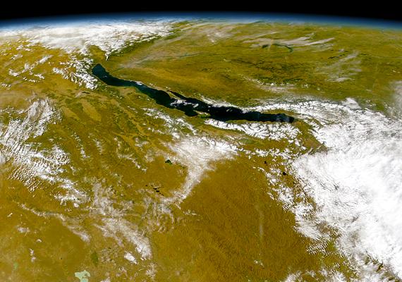 A 636 kilométer hosszú és 25-79 kilométer széles Bajkál-tavat az oroszok közül sokan máig tengerként emlegetik, a partjain és szigetein élő őslakosok pedig szentként tisztelik.