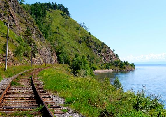 A tó partját 207 kilométer hosszan érinti a Föld leghosszabb vasútvonalának számító transzszibériai vasútvonal. Az utazási irodák előszeretettel szerveznek olyan túrákat a Bajkál-tóhoz, melyeknek a vonaton való utazás is szerves része.