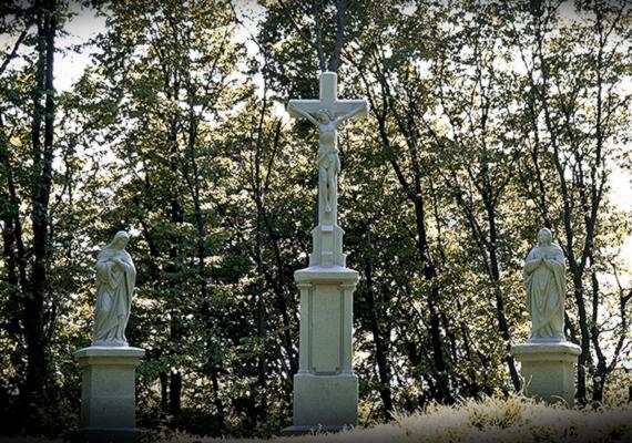 A képen látható Kálvária egy időben készült a kápolnával, Krisztus, Szűz Mária, valamint Szent János alakjából áll.