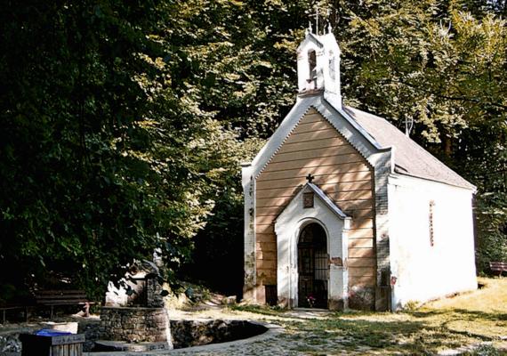 A Borostyán-kút vagy más néven Szent-kút egy kilométerre fekszik a falutól, itt élt remeteként Szent Günther, a bakonybéli monostor alapítója és Szent Gellért is. Emlékük tiszteletére 1826-ban kápolnát építettek, melynek helyére a század végén egy új épület került - ma ezt a látványt nyújtja kívülről. Előtte három forrás is fakad, ezeknek kőből készítettek medencét.