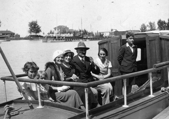 A vitorlás hajóról szintén Siófokon készült a kép, de már 1930-ban.