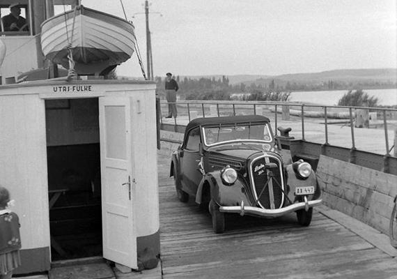 Komp Szántódnál, egy régi Skodával a fedélzetén, 1942-ben.