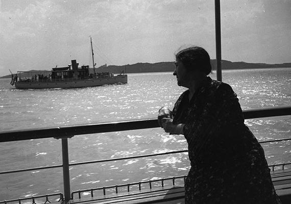 Motoros személyhajó 1936-ban - a háttérben a Tihanyi-félsziget látszik.