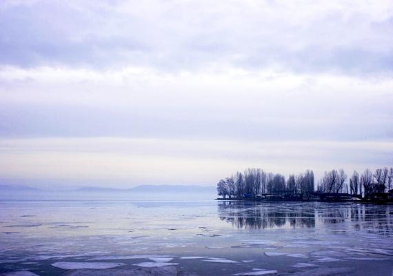 A tóban úszkáló jégtömbök, a messzeségben feltűnő ködfoszlány és a szürkület együttese kísérteties megvilágításba helyezi az egyébként nyugodt víztükröt.