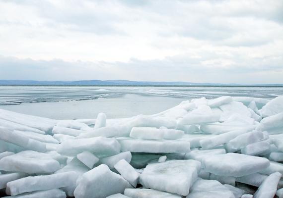 Az óriási jégtömbök nem az Északi-sarkról szakadtak le, egy hideg reggelen sodorták őket partra a Balaton hullámai.