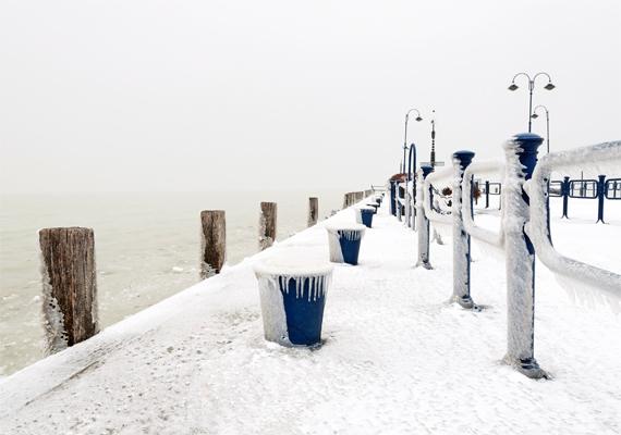 A móló pecásainak híre-hamva sincsen, a hófehér takaró egészen beborítja a stéget.