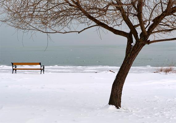 Ennyire üresnek ritkán látni a Balaton-partot. Egy árva lélek sem ül azon a padon, ami nyáron mindig zsúfolásig tele van.