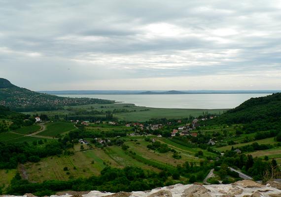 Bár nem mai értelemben vett kilátónak építették, a szigligeti várról is csodás kilátás nyílik a Balatonra.