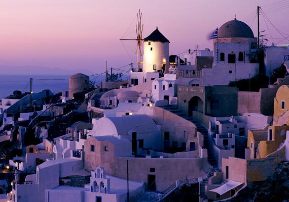 A görög Santorini kék-fehér házai mellett egyedi fekvéséről híres. Kattints ide a nagy felbontású képért!