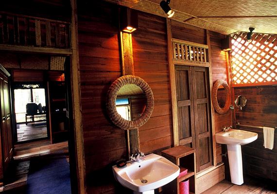 A Langkawiban található Bon Ton Resort autentikus maláj faházakból áll, ahol kizárólag helyi anyagokat használtak fel, a szellőzés pedig természetes úton történik, a vendégek egyfajta időutazáson vehetnek részt.