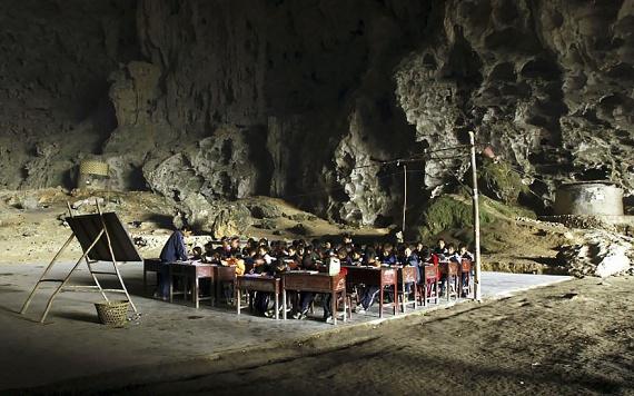 Korábban iskola is működött a barlangban, de a kormány nem nézte ezt jó szemmel, így 2011-ben bezáratta. Azóta a gyerekek a környék intézményeiben tanulnak, és általában csak hétvégente találkoznak a családjukkal.