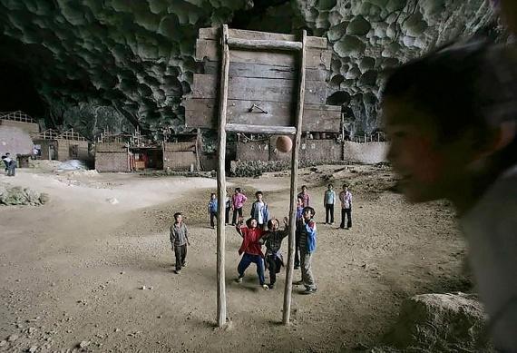 A faluban van televízió, és újsághoz is jutnak a lakók, de az elszigeteltség előnyeit ilyen szegénységben nem tudják élvezni. A kormányt többször kérték már, hogy készítsenek könnyebben járható utat - legalább a gyerekek miatt.