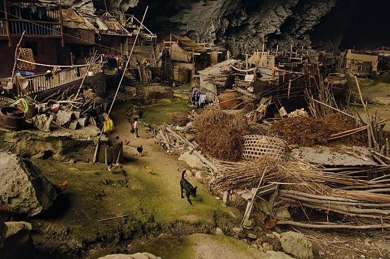 A falu lakóinak nap mint nap küzdeniük kell a túlélésért. Általában hetente egyszer mennek boltba, az élelmiszert 15 kilométerről hordják.