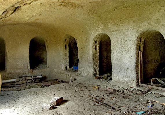 Az észak-magyarországi Cserépváralján nagy számban találhatók elhagyott barlanglakások.