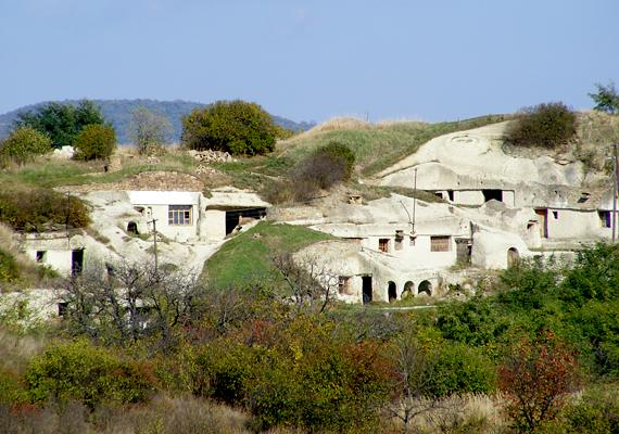 Noszvaj szintén híres barlanglakásairól.