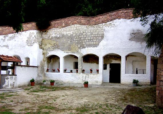 Ugyanitt egy régi barlanglakásból tájházat alakítottak ki, ahol az egykori lakók mindennapi használati tárgyai is megtekinthetők.