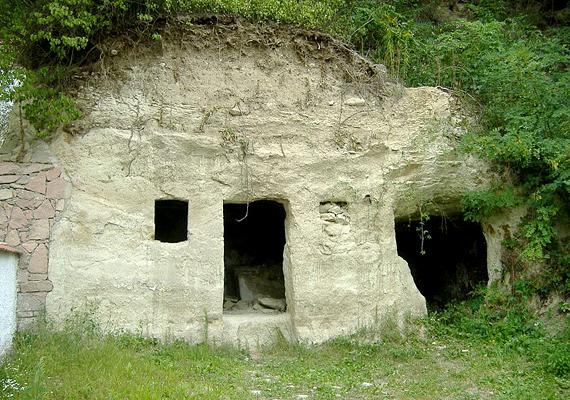 Elhagyott barlanglakás a bükkaljai faluban, Szomolyán.