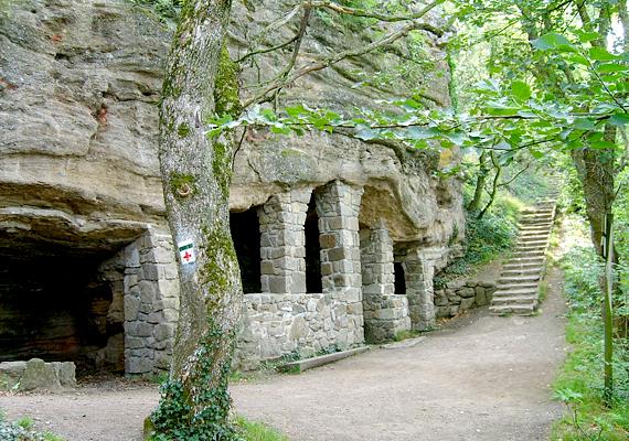 A tihanyi barlanglakásokat vélhetően szerzetesek hozhatták létre a 11. században.