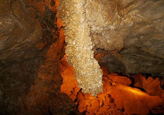 A Budai-hegységben, a II. kerületben található, légzőszervi problémákra kedvező hatású klímával bíró Szemlő-hegyi-barlang Budapest egyik fontos, védett természeti értéke, amely a turisták előtt is nyitva áll, vezetett túrák keretében lehet megtekinteni egy részét.