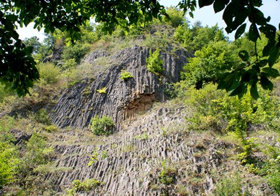 Bár Somoskő határhoz való közelsége miatt a bazaltömlés már Szlovákia területére esik - ennek ellenére sokan tekintik magyar csodának -, a mai Magyarország területén is található hasonló, vízesésre emlékeztető formáció, elég csak megnézni a Nógrád megyei Szilváskő látványos képződményét.