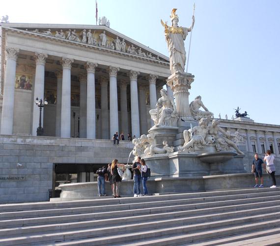 A Ringstraße historizmusa a történelemből származó idealizált építészeti formákat használta mintaként. Minden olyan historizáló modellt kiválasztottak, mely az új épületek funkcióinak a leginkább megfelelt, így szolgált mintaként a görög templom a Parlamentnek vagy az antik fórum a császári rezidenciának.