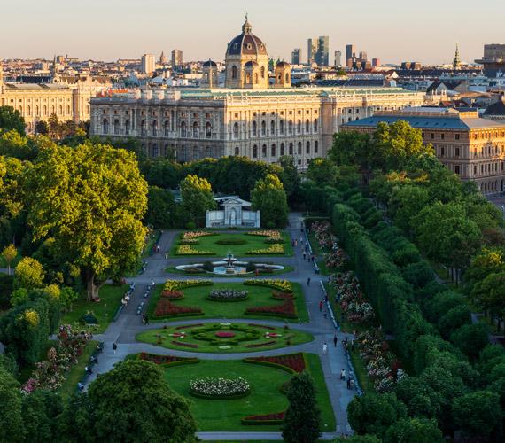 Pihenőoázisok a Ringstraße mentén található gondosan ápolt történelmi parkok. A Volksgartenben - ahol nyaranta rózsák százai virágoznak - található a Theseustempel, az athéni Theseions kicsinyített mása - melyet a Szépművészeti Múzeum aktuális művészettel tölt meg -, illetve Erzsébet császárnő emlékműve. A Burggartenben található a közkedvelt Mozart-emlékművön kívül a Pálmaház is, melynek két üvegháza van: az egyik kávézó-étterem, a másik pillangóházként funkcionál.