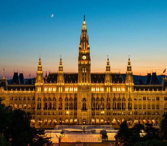 A bécsi Városháza gyönyörű gótikus épületét Friedrich Schmidt álmodta meg. Talán ezt ismerik legtöbben Bécsből, ugyanis ez előtt szokták megtartani az adventi vásárt.