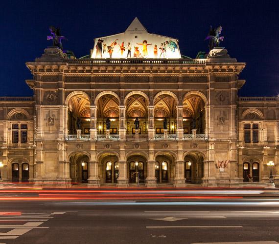 Neoreneszánsz stílusban épült az Állami Operaház, melyen felül megfigyelhető a gyerekek operájának molinója is, ahol nemcsak a nézők, de a színészek is gyermekek.