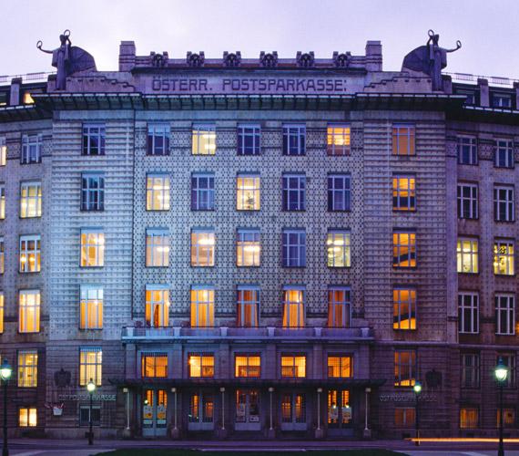 Az Osztrák Postatakarékpénztár épülete - mely egyben Bécs legtöbbször fényképezett látványossága - vasbeton szerkezet alkalmazásával épült. A homlokzat egészét négyszögletű márványtáblácskák és alumínium applikációk díszítik. Így a funkcionalitás és az esztétikum különlegesen szép szintézise tárul a látogató elé.