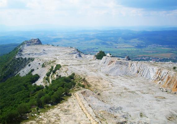 A csúcsát viszont nem adja vissza a későn kapott védelem. A megcsonkított hegyről ugyanakkor gyönyörű panoráma tárul az idelátogatók elé.