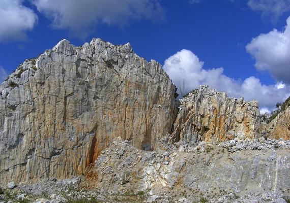 A bányászati eljárások igencsak megtépázták a mészkőormot. Szerencsére az 550 méter feletti sapka ma már - 2008 óta - védett területnek számít.