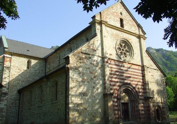 A nyeregtetős, háromhajós és kereszthajós templomnak nincs tornya. Alaprajza latin kereszt alakú, főhomlokzatának dísze a román stílusú főkapu. A homlokzat középső részén rózsaablak van.